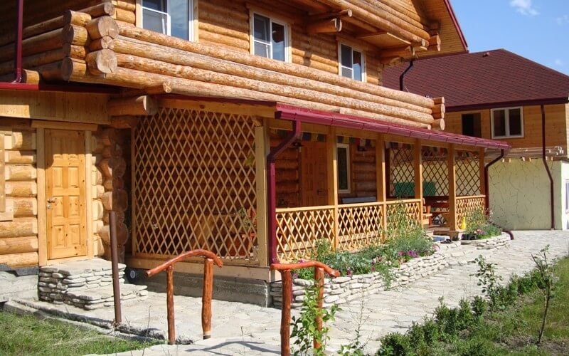 Веранда, пристроенная к деревянному дому
