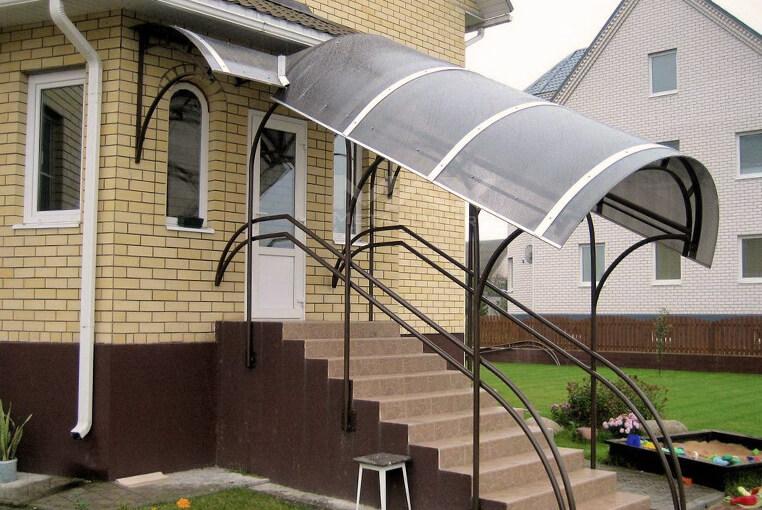 Навес над крыльцом из поликарбоната